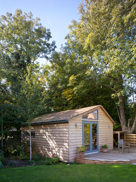 Garden Office / Gallery / Den external perspective clad in larch wood
